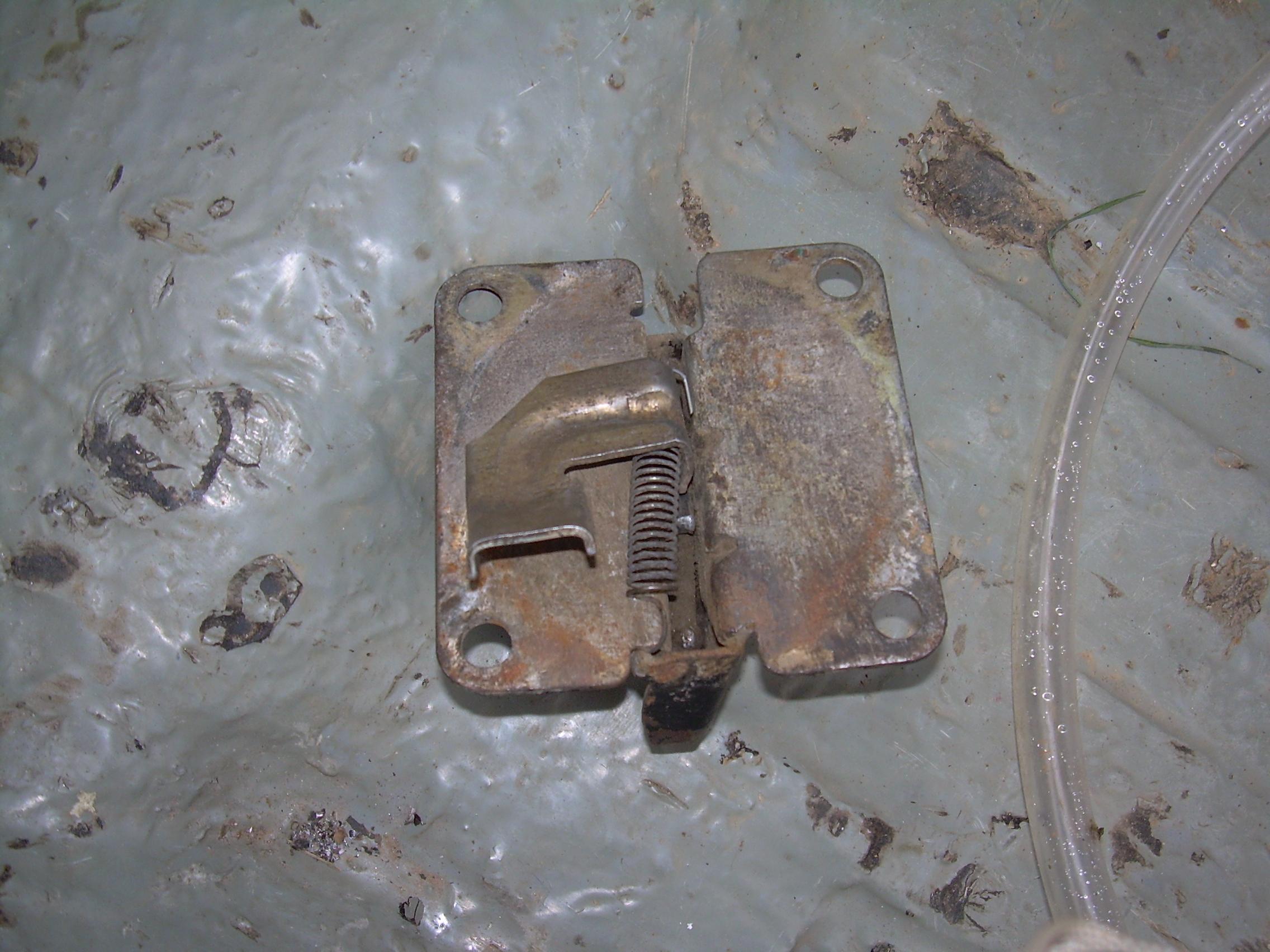 схема личинку замок багажника рено